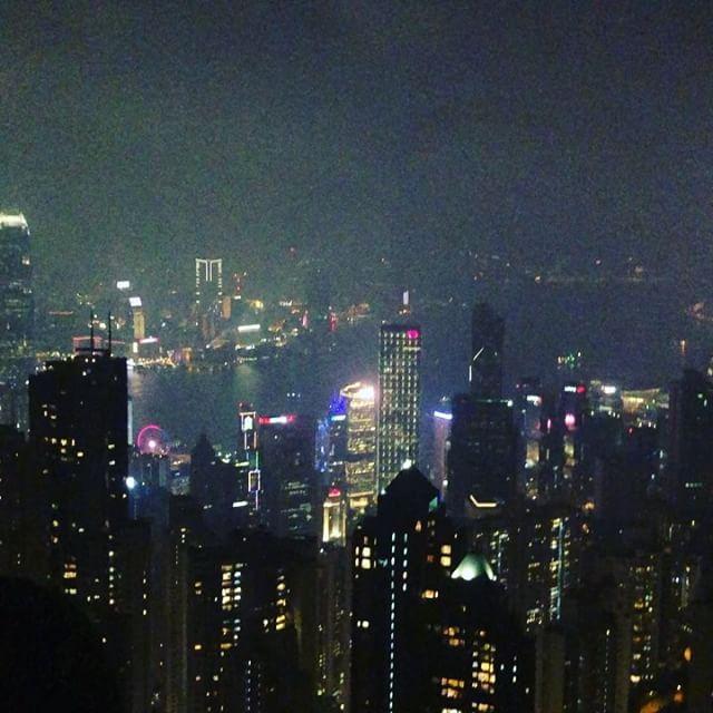 #女性ご紹介の付き添いで#hongkong #香港 来てます。#peninsulahongkong のカフェ行ったりしてましたがいまいち盛れなかったので#victoriapeak #victoriapeakhongkong の写真をどうぞ。往年の名作#打ち上げ花火下から見るか横から見るか を思い出しました。#香港の夜景 船からみるか山から見るか#迷ったら両方とも、もしくは両方選ばないという性格なので、どっちからも見てます。#船からはまた後ほど。#交際クラブ#愛人#デートクラブ